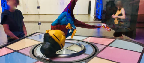 Der Riese 'OS GEMEOS' moved Headspins im Hamburger Bahnhof bei den »Flying Pictures«.